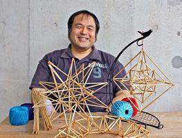 ヒンメリ制作の楽しさと幾何学模様の美しさに魅了されたという向井浩史さん