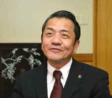 退任に際してのインタビューに応じる坂井俊之・前唐津市長=唐津市役所(2017年2月)