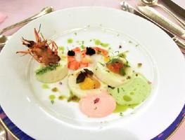 前菜の「伊万里湾で育った車海老と鱧のブラマンジェ仕立て 海胆・キャビア・生カラスミ添え」。清田隆司料理長は「皿に絵付けをするように盛り付けてみた」