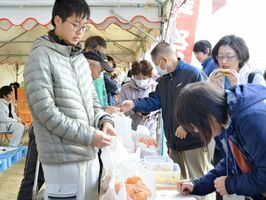 収穫したミカンを販売する学生=佐賀市の県農業大学校