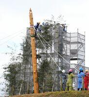 北内郭の北墳丘墓前に柱を立てる関係者=神埼市郡の吉野ケ里歴史公園