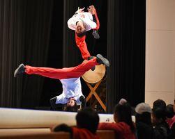 アクロバティックな演技で会場を沸かせたVIVO=神埼市中央公民館
