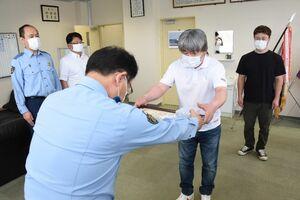 福島寛人署長から感謝状を受け取る野崎哲男さん。右は水野孝政さん=唐津警察署