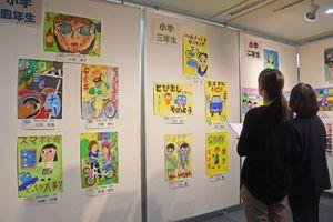 目にとまるカラフルな色づかいで描いた作品が並ぶ=佐賀市立図書館
