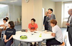 実際に行われている講義を視察する山口祥義知事=神埼市神埼町の西九州大学神埼キャンパス