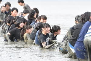 潟綱引きで懸命に綱を引っ張る網干中学校の生徒たち=鹿島市の七浦海浜スポーツ公園