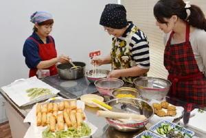 野菜や穀物だけを使う「普茶料理」に挑戦する参加者ら=小城市の「ゆめぷらっと小城」
