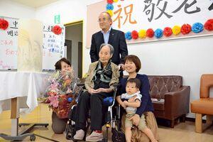 秀島市長、家族とともに長寿を祝う中地シゲヨさん=佐賀市のシルバーランド天祐