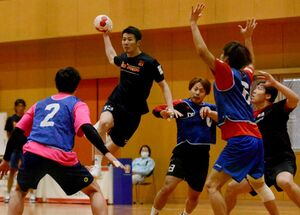 初戦を白星で終え、週末からの連戦に向けて連係を確認する選手たち=神埼市のトヨタ紡織九州クレインアリーナ