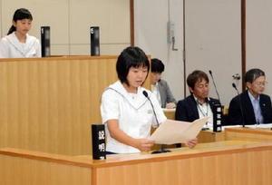 議場を使った一般質問で執行部へ提案する子ども議員=吉野ヶ里町の三田川庁舎