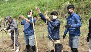 網を張る作業をするインドネシアの技能実習生=伊万里市黒川町