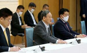デジタル改革関係閣僚会議であいさつする菅首相(中央)。右は平井デジタル改革相=23日午前、首相官邸