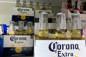 バンコクの店頭に陳列された「コロナ」ビール=15日(ゲッティ=共同)