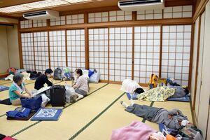武雄市が開設した避難所。開設から数時間で定員に達した所も多かった=武雄市の北方公民館