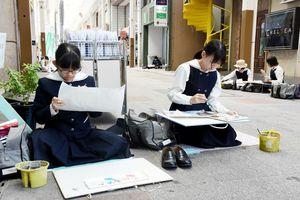 真剣な表情でスケッチする中学生たち=佐賀市の白山商店街