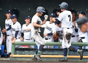 SSP杯県高校スポーツ大会の野球競技が開幕、1回戦の鳥栖商戦で9回に追加点を奪って喜ぶ佐賀北の選手たち=佐賀市のみどりの森県営球場