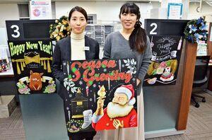作品展を開いている吉村麻沙美さん(右)。三井住友信託銀行佐賀支店の柴﨑麻美さん(左)が、吉村さんの講座を体験したことをきっかけに実現した=佐賀市松原の同支店