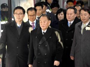 平昌冬季五輪の閉会式に出席のため、珍富駅に到着した北朝鮮の金英哲朝鮮労働党副委員長(中央)。右から2人目は祖国平和統一委員会の李善権委員長=25日(共同)
