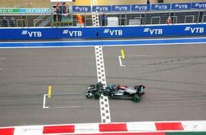 自動車F1ロシアGPでゴールし、通算100勝目を挙げたルイス・ハミルトン=ソチ(ロイター=共同)