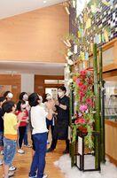 花とアートの七夕飾り 有田小学校の玄関、華やかに