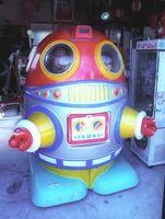 レトロな「未来感」がたまらない乗用ロボット遊具=多久市のみつわ商店(フィルムで撮影)