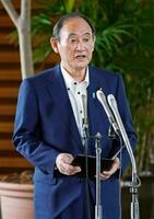 北朝鮮の弾道ミサイルの可能性がある飛翔体発射を受け、記者団の取材に応じる菅首相=28日午前、首相官邸