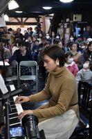 住民たちが次々に出演し、ピアノの音色を響かせたミニコンサート=小城市の牛津まちなか交流館CONE(コンネ)