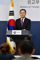 18日、ソウルで記者会見する韓国外務省報道官(共同)
