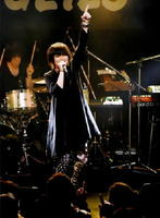 メジャーデビューアルバム収録曲「シャトルラン」を歌うカノエラナさん=佐賀市(昨年12月)