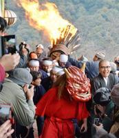 奈良県桜井市の長谷寺で行われた火祭り「だだおし」=14日午後