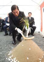 起工式で地鎮の儀に当たる谷口太一郎・嬉野市長=嬉野市嬉野町