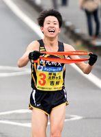 笑顔で中継所に入る神埼・吉野ヶ里の吉村仁志=3-4区中継所