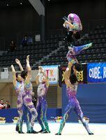 男子団体で2年ぶりの頂点に立った神埼ジュニア新体操クラブの演技=群馬県の高崎アリーナ(清水綾子さん撮影)