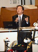 支援機器が障害のある子どもの能力を伸ばし、社会参加につながることを訴えた松尾清美准教授=佐賀市立図書館