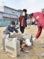 飯ごう炊飯に挑戦する参加者たち=みやき町ボランティアセンター