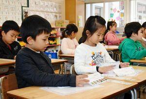台湾の小学生から届いた手紙をうれしそうに読む児童=佐賀市の赤松小