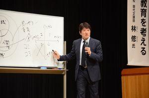 教育をテーマに講演する林修氏=佐賀市文化会館