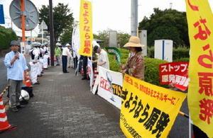 規制委の現地調査に抗議する反原発団体のメンバーら=東松浦郡玄海町の玄海原子力発電所ゲート前