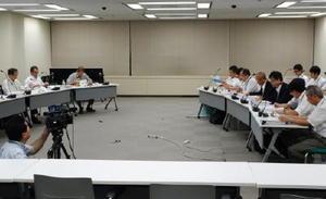 玄海原発の審査会合で原子力規制委員会(左)の指摘事項に答える九州電力=東京・六本木の原子力規制庁