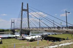 大綱引きなどが行われた、みやき町と久留米市を結ぶ天建寺橋の河川敷。多くの親子連れでにぎわった