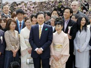 「桜を見る会」で招待客らと笑顔で記念写真に納まる当時の鳩山由紀夫首相(中央)=2010年4月17日、東京・新宿御苑