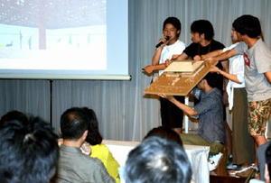 模型を示しながら駅前に整備する新たな施設の案を説明する佐賀大大学院のグループ=嬉野市の和多屋別荘「ザ・コットンクラブ」