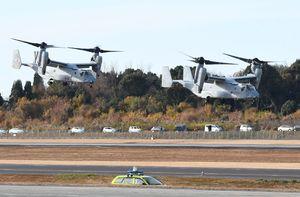 熊本空港の滑走路を利用して離陸するオスプレイ=2017年12月13日、熊本県益城町