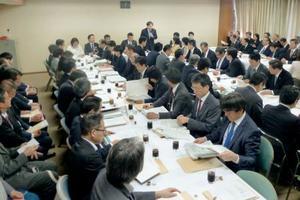 外国人労働者の受け入れ拡大に関する政府案などについて議論する自民党の合同会議=18日午後、東京・永田町の党本部