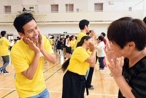 障害者福祉施設の利用者らと楽しそうに踊る西九州大短期大学部の学生たち=佐賀市神園の西九州大佐賀キャンパス