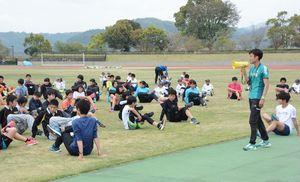青山学院大の強さを支える「青トレ」を伝授するマネージャーの上村臣平さん=鹿島市陸上競技場