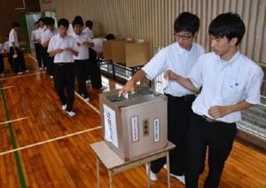 参院選の「比例代表」の張り紙が残る投票箱に一票を投じる3年生=唐津西高体育館