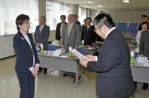 辞令を受け取る野口洋子さん(左)=佐賀市の佐賀保護観察所