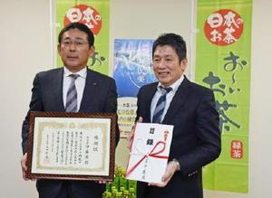 贈呈式で、感謝状を手にする斉藤武志本部長(左)と目録を手にする副島良彦副知事=佐賀県庁