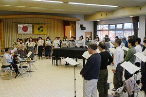 6年ぶりの単独公演に向けて練習を重ねるMODOKIのメンバー=佐賀市東与賀町の農村環境改善センター